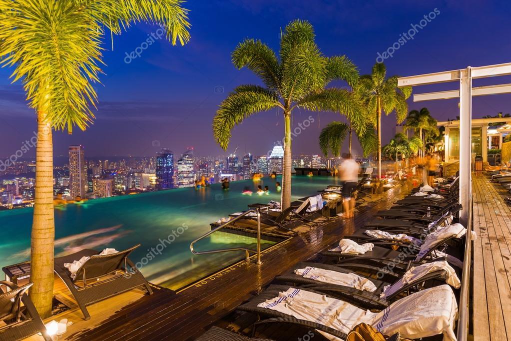 Piscina sul tetto e skyline di singapore foto stock for Piscina singapore
