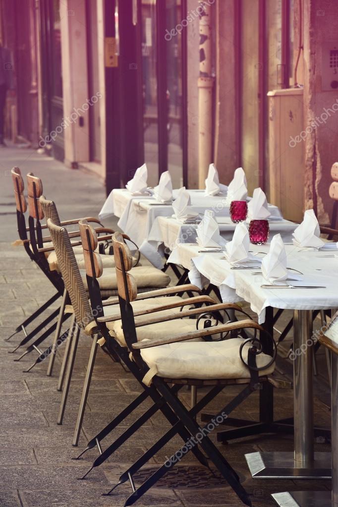 Cafe Romantique Terrasse Avec Vides Tables Et Chaises Dans La Rue