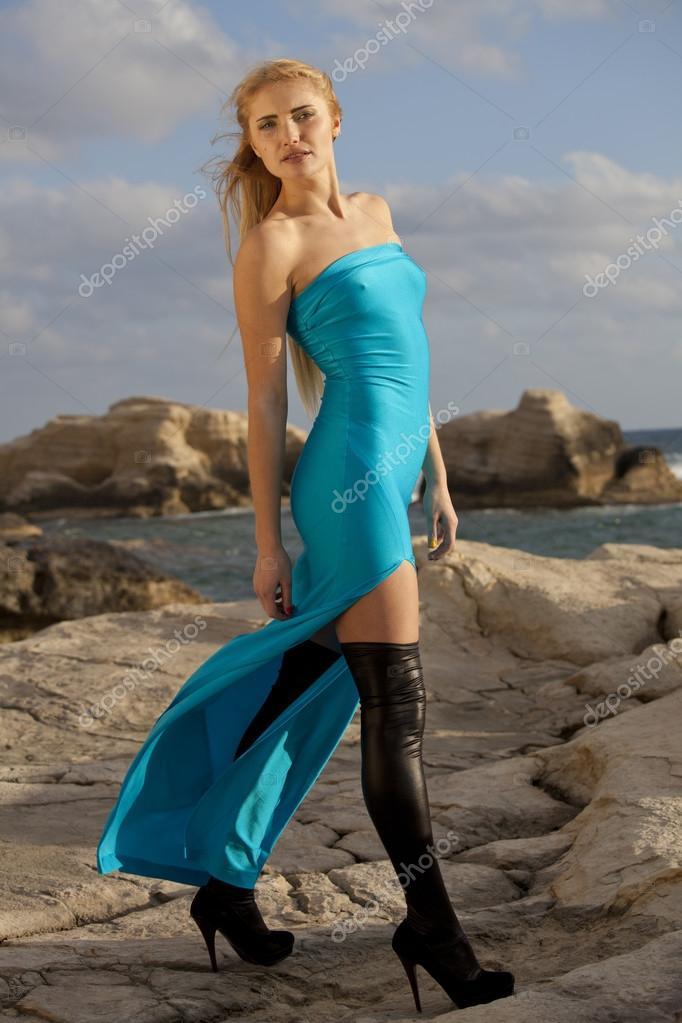 15cab5c6637 Γυναίκα σε καιρό lycra και τέντωμα φόρεμα ποζάρουν στα βράχια από το  ηλιοβασίλεμα — Εικόνα από eddiephotograph