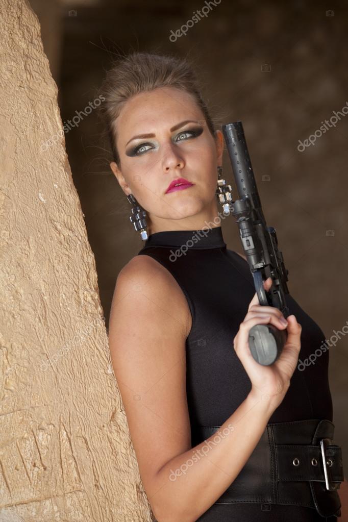 Femme sexy de brune avec l arme feu photos stock