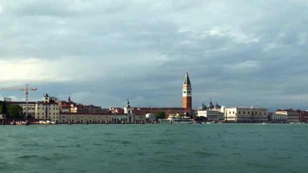 Panoramatický videoklip krásné benátské laguny natočený v jarním období.Oblíbená destinace v metropolitním městě Benátky v Itálii. Staré město Venezia, Italia