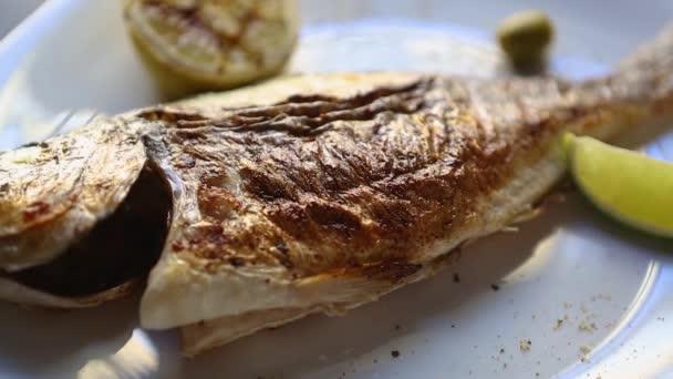 Egész tengeri sügér hal főtt grill tenger gyümölcsei étterem