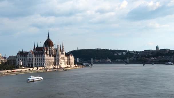 BUDAPEST, MAGYARORSZÁG - 2019. május 7.: Tavaszi évadban forgatják a magyar parlamentet