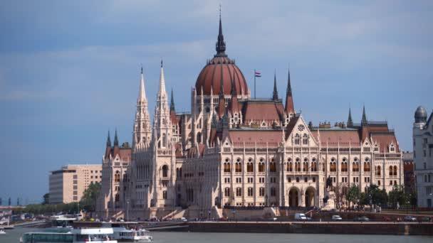 BUDAPEST, MAGYARORSZÁG - 2019. május 7.: Budapest gyönyörű parlamentje a Duna partján