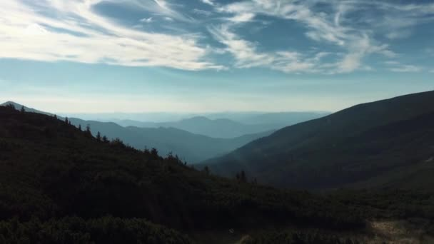 Krásné video z karpatského horského parku na západní Ukrajině. Zelené údolí a hory silueta pod zataženou modrou oblohou v Evropě. Cestovní destinace pro aktivní turistiku a turistiku