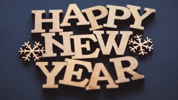 Šťastný Nový rok pozadí v bytě ležel natočen přímo shora na černém pozadí s efektem oddálení