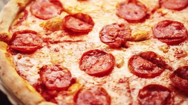 Italská pepperoni pizza pečená v troubě k večeři