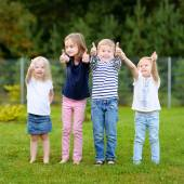 Čtyři roztomilé malé děti venku