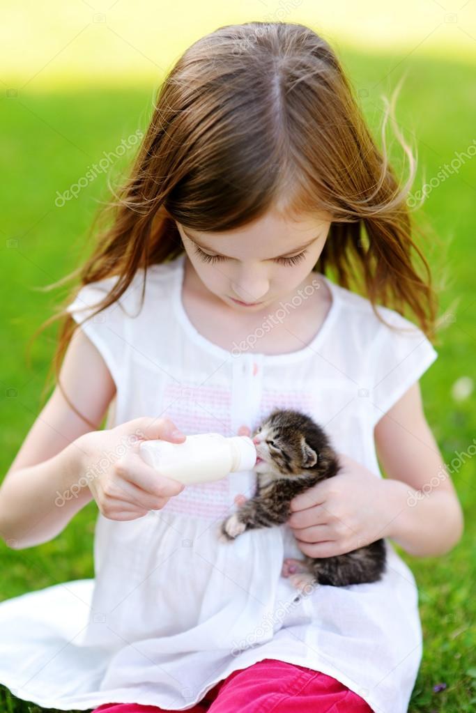 μικρό κορίτσι με μεγάλο μουνί