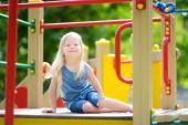 Fotografie kleines Mädchen, die Spaß am Spielplatz