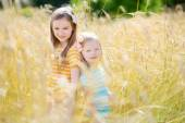 Sestřičky v pšeničné pole