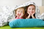 Fényképek Nővérek játék az ágyban