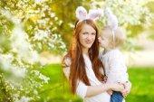 Anya és lánya visel nyuszi füle