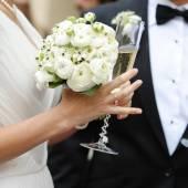 nevěsta a ženich se šampaňským