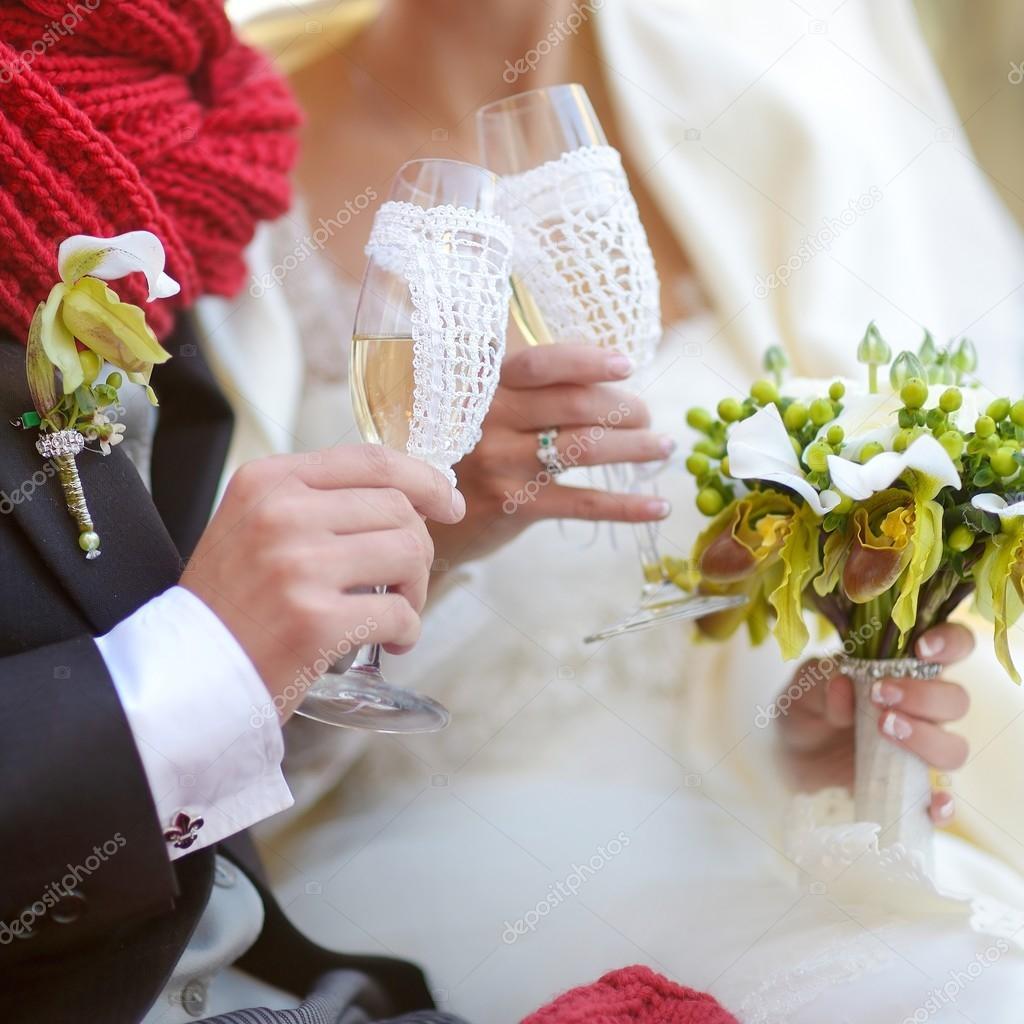 Ongekend bruid en bruidegom met champagneglazen — Stockfoto © maximkabb BD-48