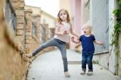 Fotografie zwei lustige Schwestern im freien