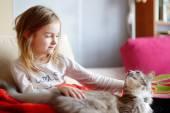 lány pizsama és az ő macska
