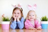 Fotografie sestry na sobě uši na Velikonoce