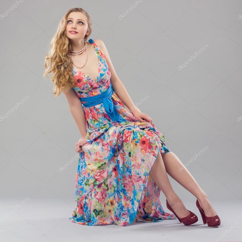 promo code ea9c4 f02f9 Donna in un vestito lungo colorato — Foto Stock © papa42 ...