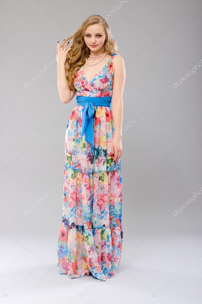 promo code f1daf 1e272 Donna in un vestito lungo colorato — Foto Stock © papa42 ...