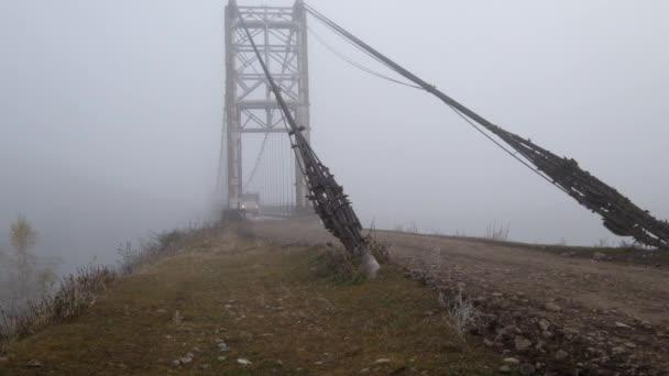 alter LKW fährt bei starkem Nebel auf Klappbrücke durch den Fluss Katun in der Nähe des Altaidorfes Multa