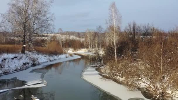 Letecké video řeky Koen pod ledem a sněhem. Krásná zimní krajina. Novosibirsk, Sibiř, Rusko