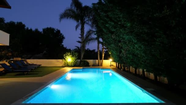 Pissouri, Zypern - 10. Juni 2018: Nachtansicht des beleuchteten Villa-Swimmingpools. Dorf Pissouri. Limassol. Zypern