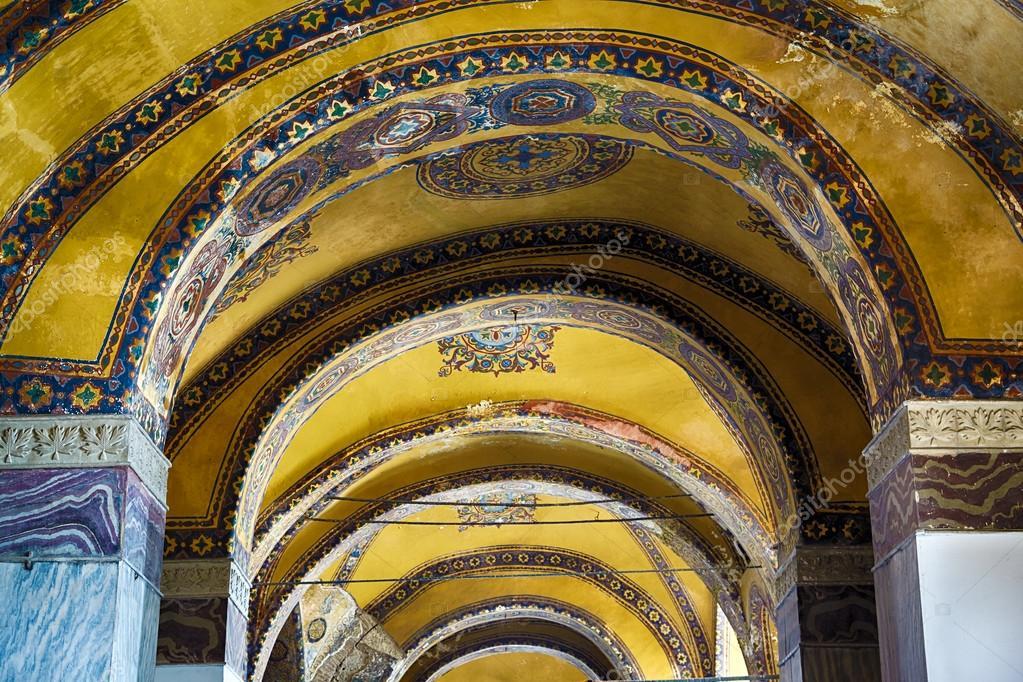 Plafond decoratie met originele christelijke kruis in het