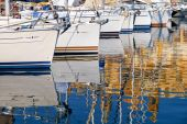 Reflexion von Yachten im Wasser