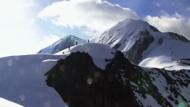 Vzestup horolezců na svahu hory sněhu