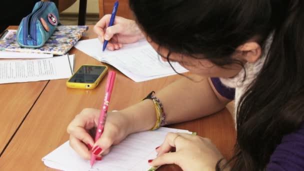 Lányok-uk jegyzetfüzet írás