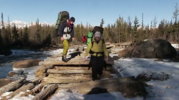Turisté projdou řeka
