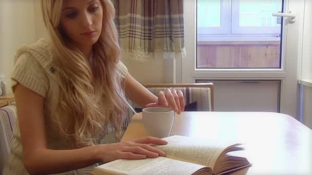 žena pití kávy a čtení knihy