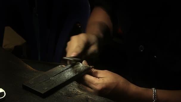 mužské pracovník ruce s rasp