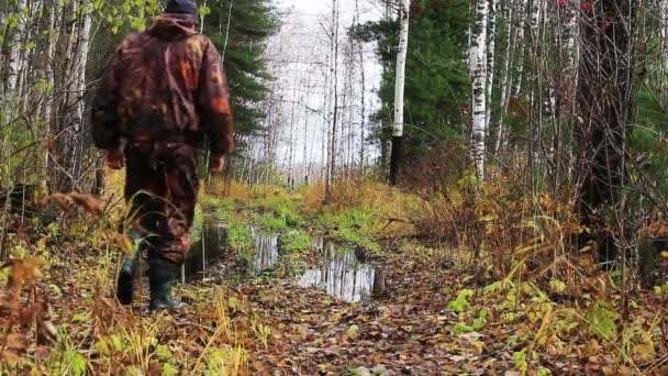 Az őszi erdőben vadász.