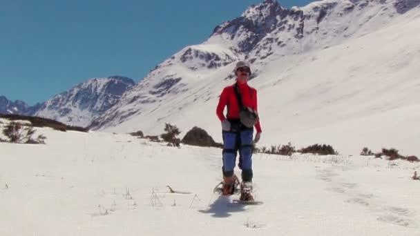 muž v zimních horách sněžnice