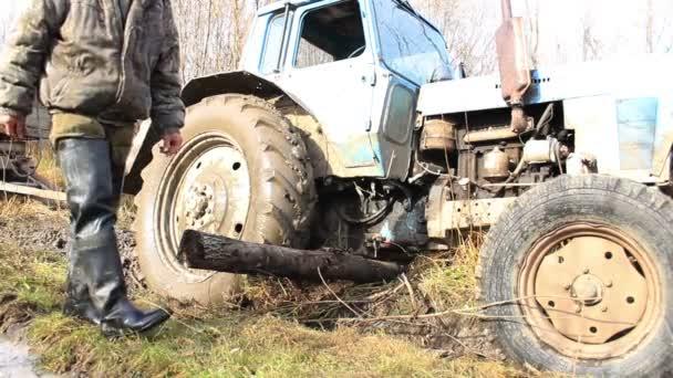 dělníci se zasekly traktoru na silnici