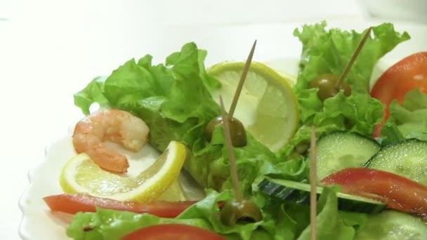 Salát s listy a krevetami