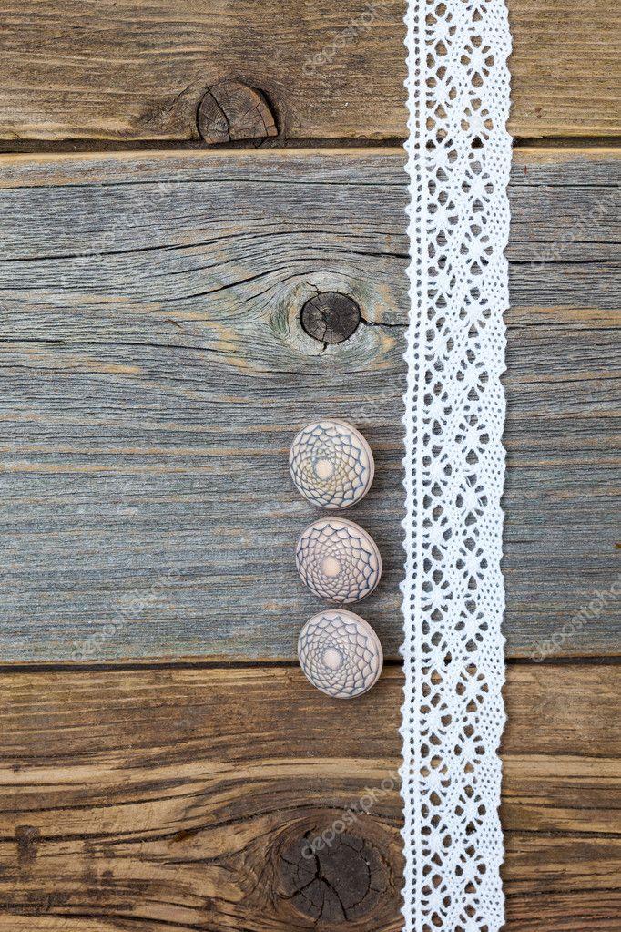 Cinta de encaje y tres botones de hueso vintage — Foto de