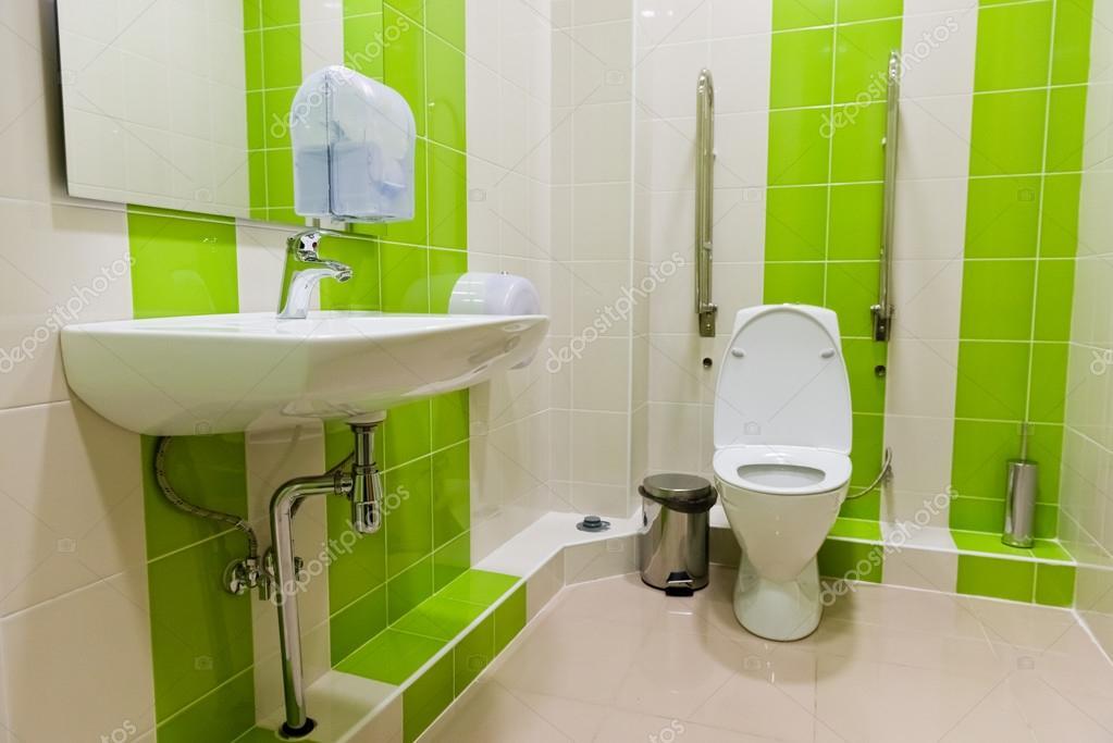 nuovo pulito camera bagno pubblico — Foto Stock © valphoto #102980296