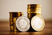 Fotografie Ein Euro Münze und Schweizer frank