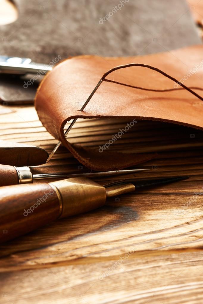 elaboración de herramientas de cuero — Foto de stock © haveseen ...