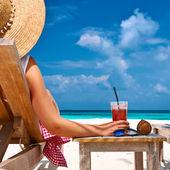 Fotografie Frau am Strand mit cocktail
