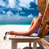 Fotografie Frau am Strand mit Sonnenbrille