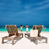 coppia in esecuzione sulla spiaggia