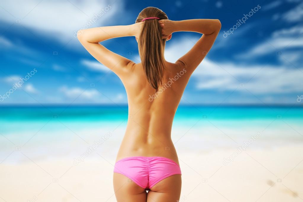 molodaya-topless-na-plyazhe