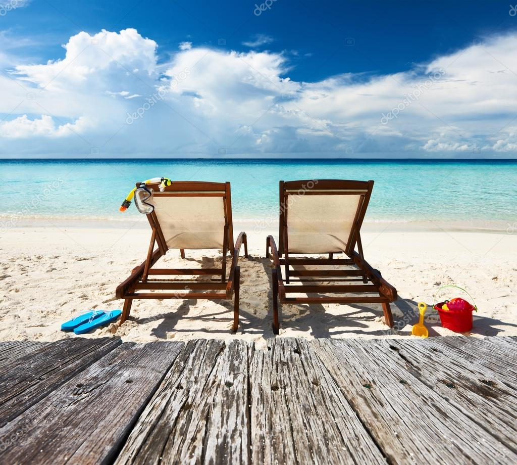 plage tropicale avec chaise longue photographie haveseen 74110903. Black Bedroom Furniture Sets. Home Design Ideas