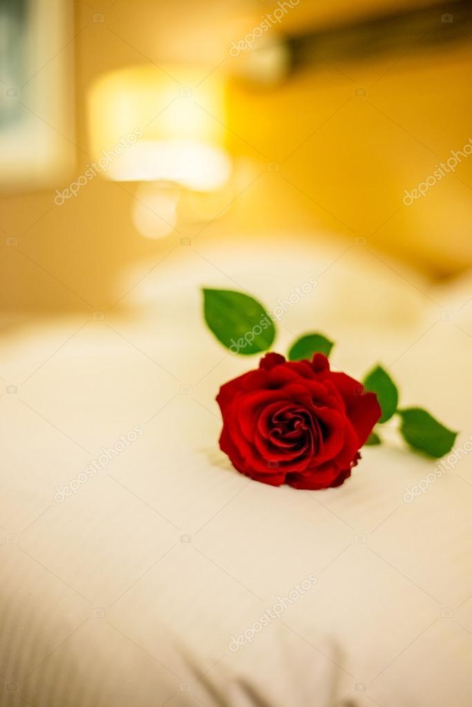 Romantisches Konzept Mit Rose Auf Dem Bett U2014 Stockfoto