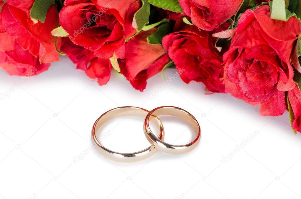 Snubni Prsteny A Kvetiny Izolovanych Na Bilem Pozadi Stock