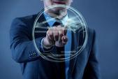 Podnikatel v futuristický koncept virtuální tlačítka